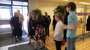 Vastaanottamassa veteraanijuhlan osanottajia keväällä 2011